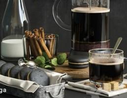 قهوه ساز دستی + فنجان قهوه + بسکویت