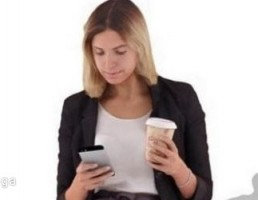 کاراکتر زن ایستاده با نوشیدنی در حال کار با تلفن