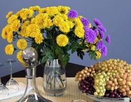 گلدان + گل داودی+ بطری شراب + انگور