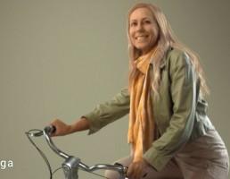 کاراکتر زن در حال دوچرخه سواری