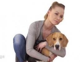 کاراکتر زن نشسته همراه سگ