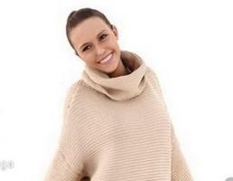 کاراکتر زن ایستاده با لباس زمستانی