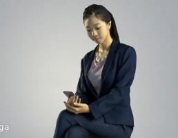 کاراکتر زن نشسته در حال کار با تلفن