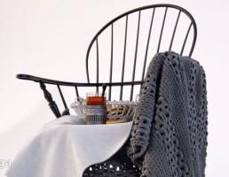 صندلی چوبی + فنجان قهوه + کیک