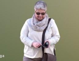 کاراکتر پیرزن در حال استفاده از گوشی