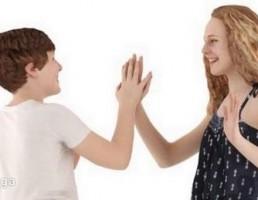 کاراکتر دختر بچه و پسر بچه در حال بازی