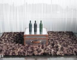 قالیچه خزدار + میز  + بطری