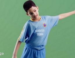 کاراکتر پسر بچه درحال فوتبال